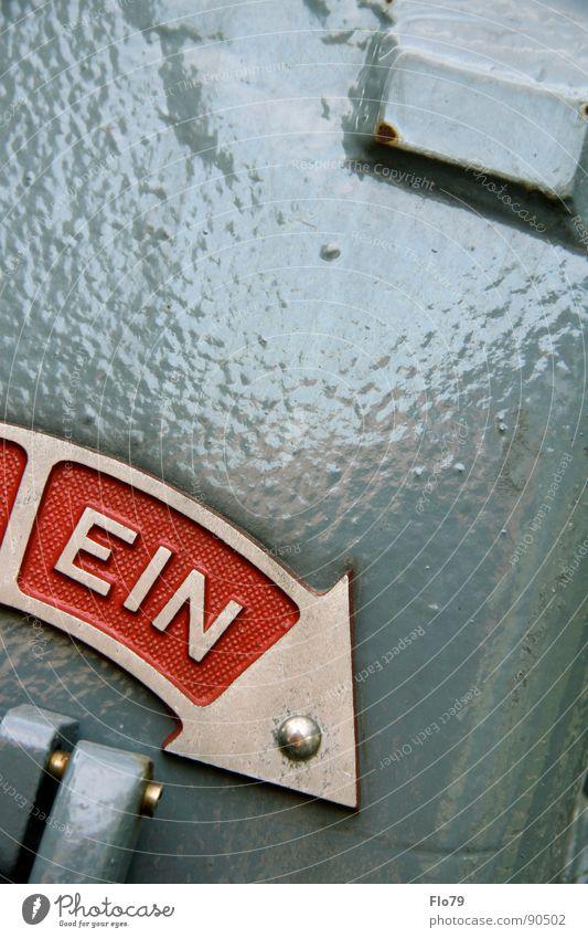 Ein oder Aus? rot Farbe grau Metall Energiewirtschaft Elektrizität Macht gefährlich Buchstaben Pfeil unten Kasten machen Teilung Hinweisschild Lautsprecher