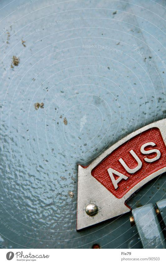 Aus oder Ein? rot Farbe grau Metall Industrie Energiewirtschaft Elektrizität Macht Technik & Technologie Buchstaben Pfeil unten Kasten machen Teilung