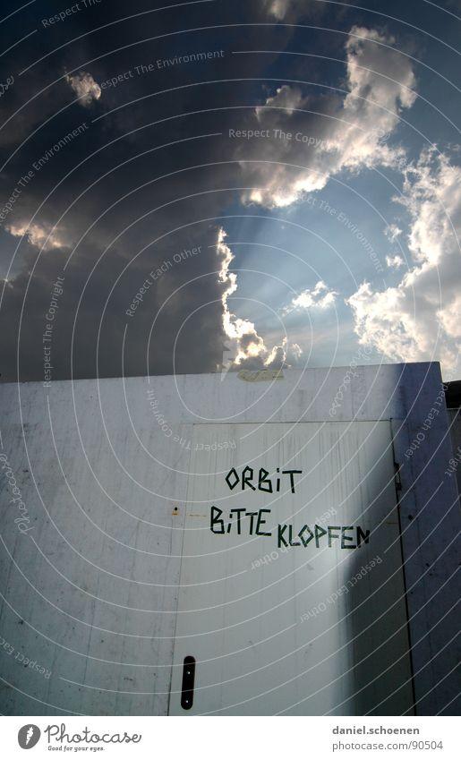 bitte klopfen !!?? Himmel Sonne Wolken dunkel Wand hell Schriftzeichen Buchstaben Surrealismus