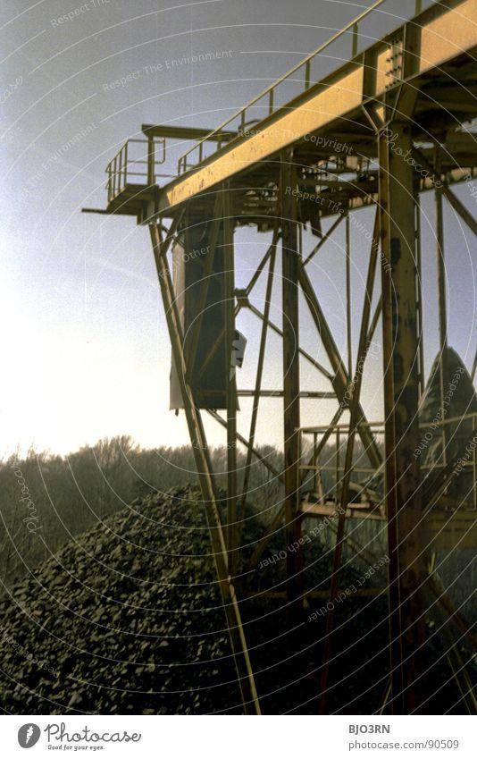 steinzeit Steinzeit Steinhaufen steinig analog Hochformat vertikal Aussicht Förderband streben Sonne grau Wald Baum Industrie Steinberg Hochkant