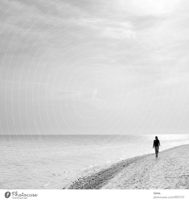 Seelenbalsam Mensch Wasser Erholung ruhig Wolken Ferne Strand Leben feminin Küste Glück gehen hell Sand Horizont träumen