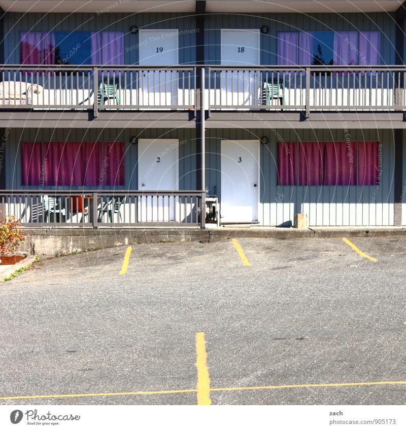 hinterm Vorhang Einsamkeit Haus Fenster Straße Wege & Pfade Gebäude grau Linie rosa Fassade Wohnung Häusliches Leben Tür Ziffern & Zahlen USA violett