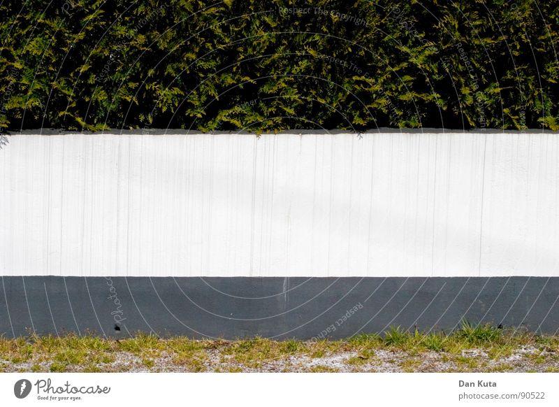 Grünstreifen Wand weiß rot grau grün Wiese Sträucher Hecke Geometrie Strukturen & Formen flach graphisch Nationalflagge Beton Kies Garten Park Rasen