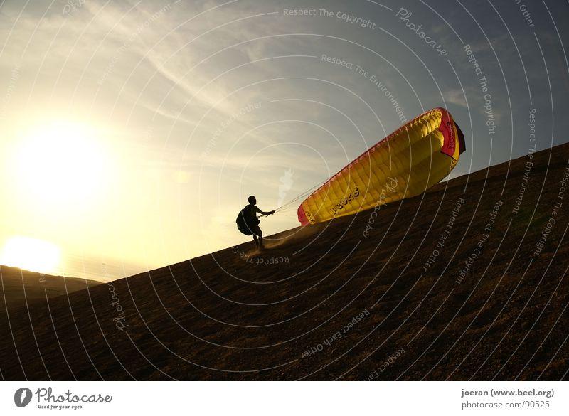 Paragliding I Gleitschirmfliegen Abend Sonnenuntergang Beginn wegfahren Unendlichkeit Schwerelosigkeit Schweben Sport Spielen Extremsport Wüste Menschheitstraum