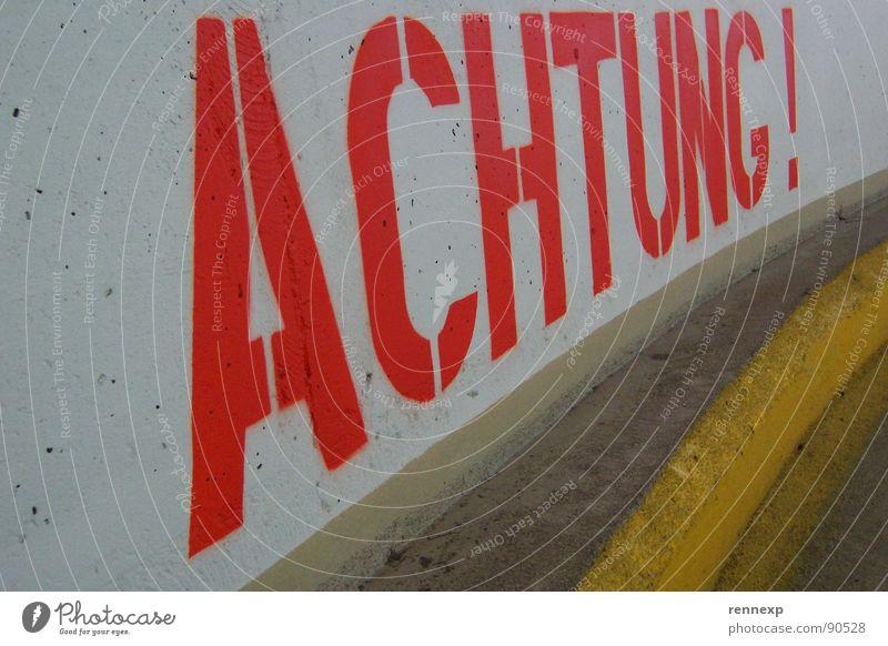 ACHTUNG Rutschgefahr gefährlich rot Großbuchstabe grell mehrfarbig Beton Text Buchstaben Parkhaus Rampe Beschriftung groß Asphalt Warnhinweis Warnschild
