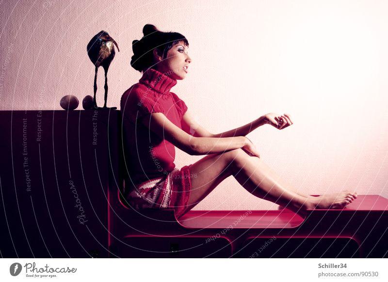BECK Frau feminin Model schön professionell Barfuß edel Wand Kommode Tisch Skulptur Kiwi Pullover rot dunkel weiß schwarz Tapete Ablage verträumt träumen Wolle