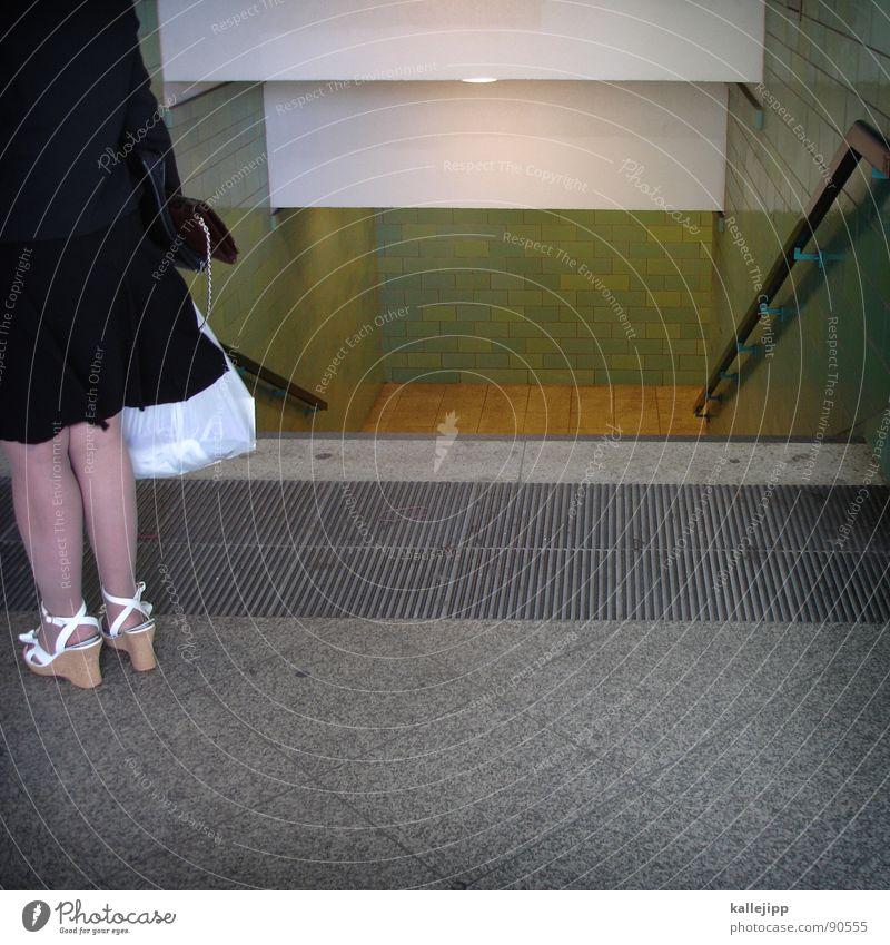 stadtfein Mensch Frau Stadt grün weiß schwarz Beine grau Arbeit & Erwerbstätigkeit Treppe Schuhe Haut Bekleidung kaufen Kleid Geländer