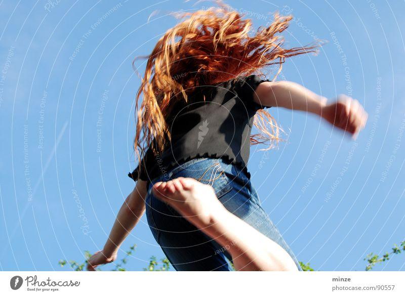 Dana_1 Himmel Jugendliche Mädchen Sommer Freude Bewegung Haare & Frisuren springen Kraft hoch Fitness Locken langhaarig rothaarig hüpfen Kind