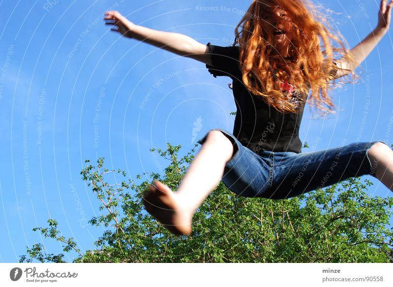 Dana_2 Himmel Jugendliche Baum Mädchen Sommer Freude Bewegung Haare & Frisuren springen Kraft hoch Fitness Locken langhaarig rothaarig hüpfen