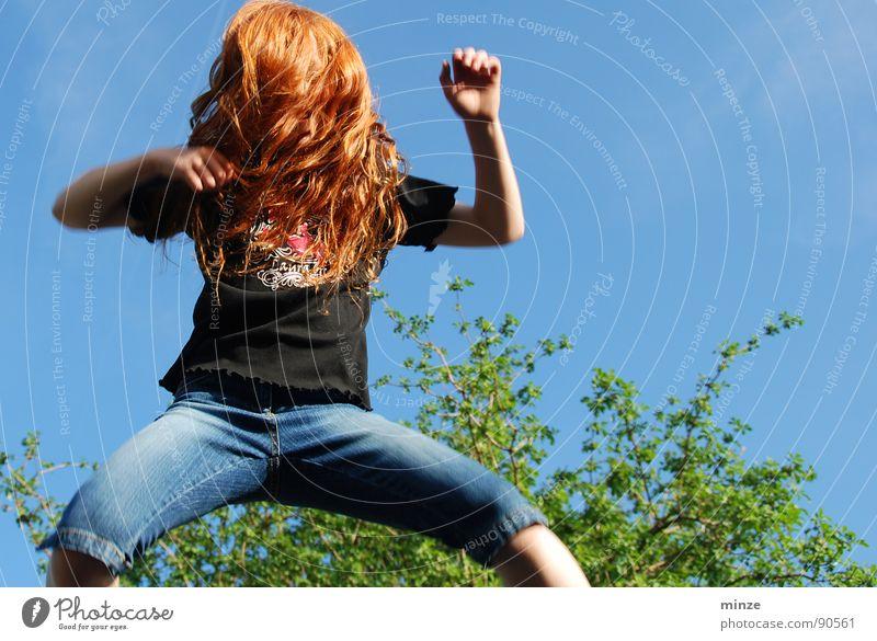 Dana_3 Himmel Jugendliche Baum Mädchen Sommer Freude Bewegung Haare & Frisuren springen Kraft hoch Niveau Fitness Locken langhaarig rothaarig