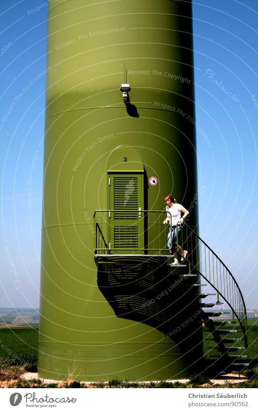 Little Nina & Big Brother Eingang Lampe Beton Sockel Feld Wiese grün Eingangstür Wendeltreppe Geschwindigkeit Gesundheit Ausdauer Industrie Windkraftanlage