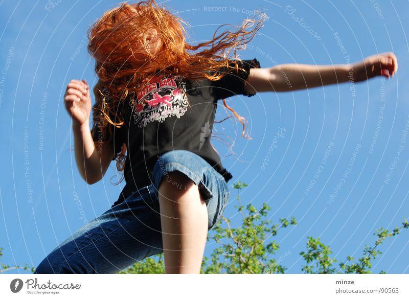 Dana_4 Himmel Jugendliche Baum Mädchen Sommer Freude Bewegung Haare & Frisuren springen Kraft hoch Niveau Fitness Locken langhaarig rothaarig