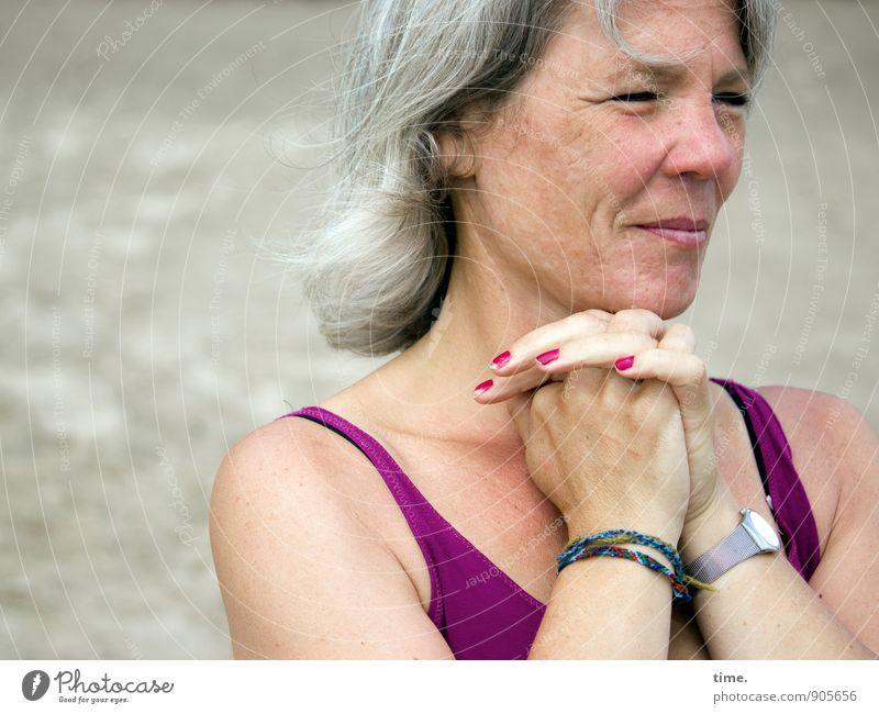 . feminin Frau Erwachsene 1 Mensch T-Shirt Accessoire Armbanduhr Nagellack grauhaarig beobachten träumen warten authentisch Freundlichkeit schön Glück