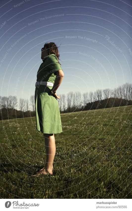 schöne aussicht Frau Himmel grün blau Wiese Stil Frühling Kleid trendy Siebziger Jahre Barfuß Gürtel Bekleidung