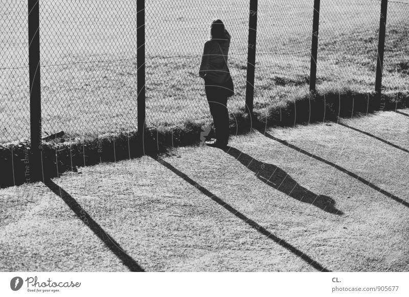 linientreu Mensch Frau Einsamkeit Umwelt Erwachsene Leben Traurigkeit Wiese feminin Wege & Pfade stehen beobachten Schönes Wetter Zukunft Pause einzigartig