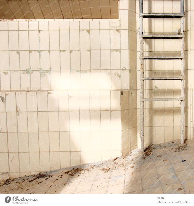 Aufstiegsmöglichkeit Schwimmen & Baden Renovieren Wassersport Sportstätten Schwimmbad Ruine Mauer Wand Stein Linie alt kaputt weiß Leiter Leitersprosse trocken