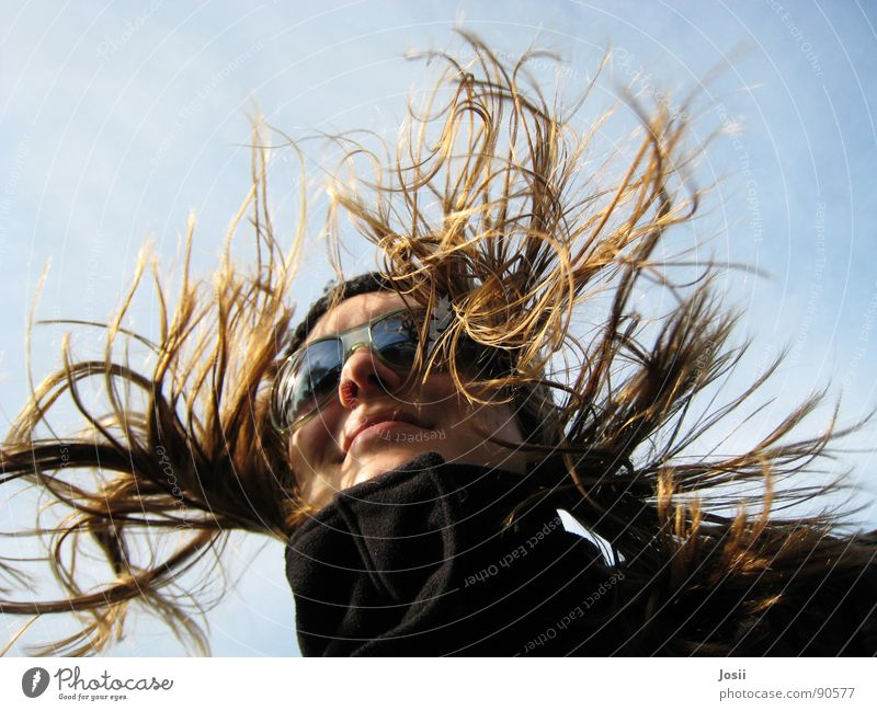 Fahrtwind schön Himmel Sonne blau Freude Wolken gelb Bewegung Freiheit lachen Haare & Frisuren hell lustig Geschwindigkeit fahren Rasen