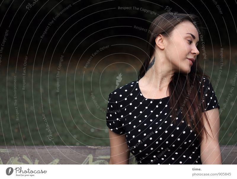 . feminin Junge Frau Jugendliche 1 Mensch 18-30 Jahre Erwachsene Park Parkbank Kleid Tattoo brünett langhaarig Lächeln sitzen elegant Freundlichkeit