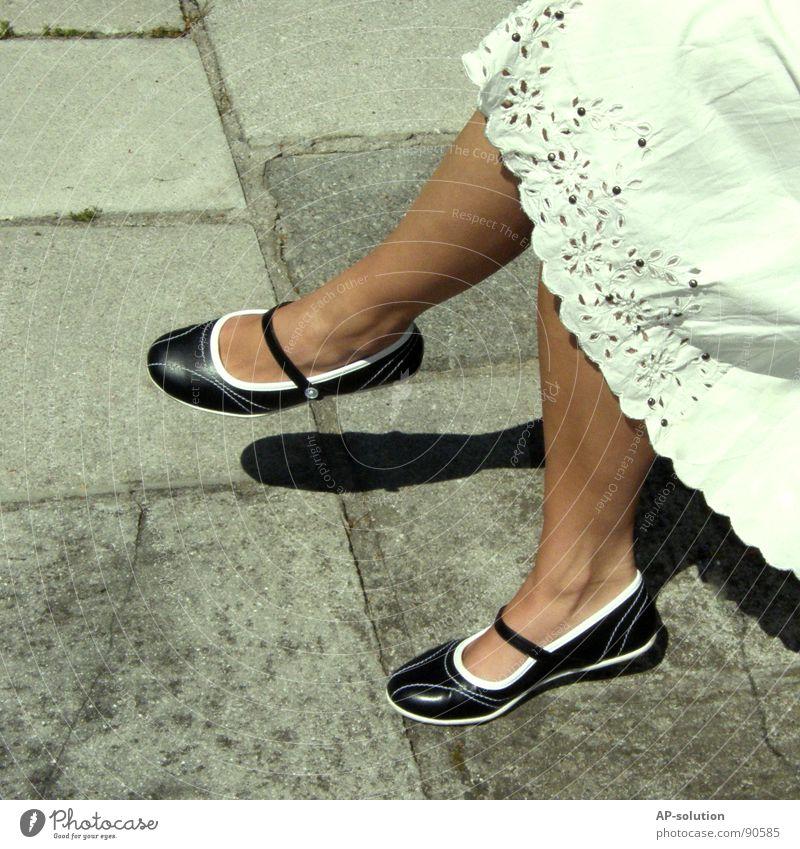 Ballerinas Schuhe Frau feminin Rüschen fließen Kleid Naht sommerlich 2 Schuhsohle zierlich zart Physik Bekleidung schön Stickereien röckchen Fuß Fußknöchel