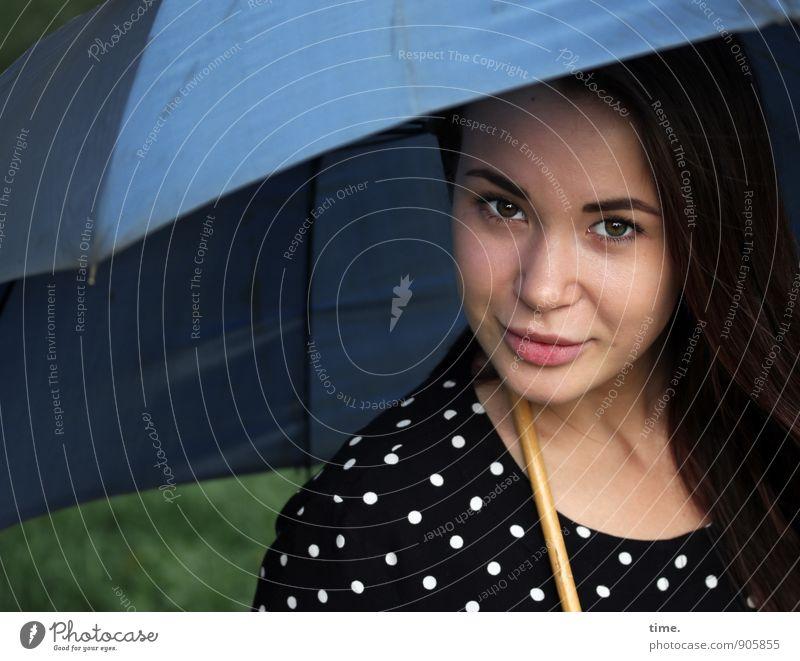 Yuliya feminin 1 Mensch 18-30 Jahre Jugendliche Erwachsene Kleid Regenschirm brünett langhaarig beobachten Lächeln Blick Freundlichkeit schön Zufriedenheit