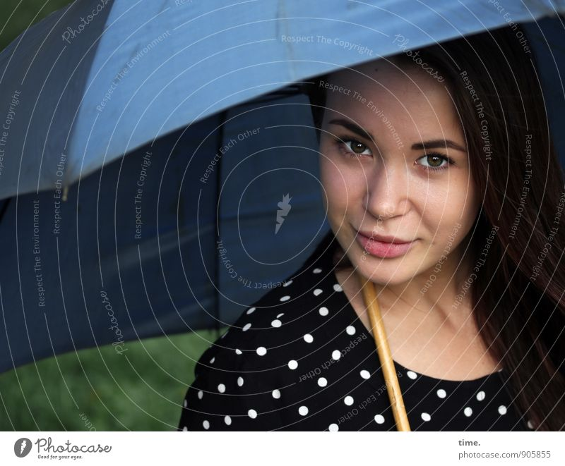 Yuliya Mensch Jugendliche schön ruhig 18-30 Jahre Erwachsene feminin Zufriedenheit Lächeln beobachten Freundlichkeit Schutz Sicherheit Kleid Gelassenheit