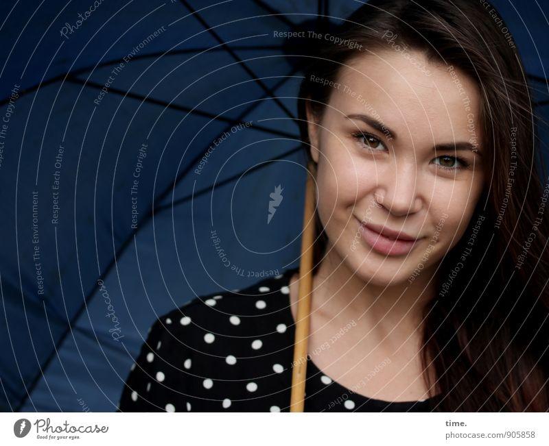 . feminin 1 Mensch 18-30 Jahre Jugendliche Erwachsene Kleid Regenschirm brünett langhaarig beobachten Lächeln Blick positiv schön Freude Glück Fröhlichkeit