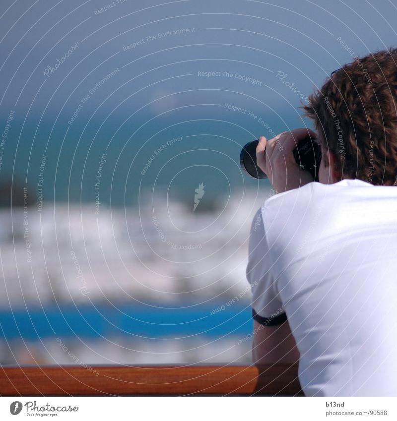 0=0 Mann Wasserfahrzeug Suche beobachten Hafen Afrika entdecken Anlegestelle finden Fernglas Zoomeffekt Parkdeck Reling Hafenstadt Junger Mann Tunesien