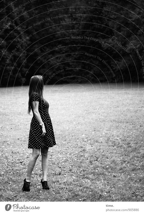 . feminin Junge Frau Jugendliche 1 Mensch Park Wald Kleid Damenschuhe brünett langhaarig beobachten stehen schön ästhetisch Bewegung Erholung Inspiration