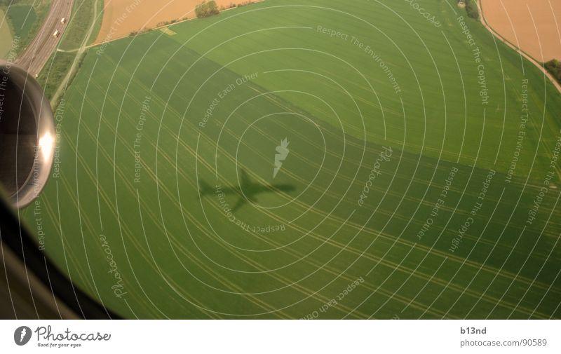 [...] Schneller als sein Schatten grün Fenster braun Feld Flugzeug Luftverkehr Autobahn Fußweg Flugzeuglandung Triebwerke Fensterblick Fensterplatz Überflug GAU