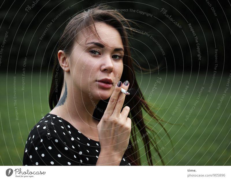 . Mensch Jugendliche schön Junge Frau dunkel feminin Park Wind authentisch beobachten Coolness Kleid Tattoo Rauchen Mut Müdigkeit