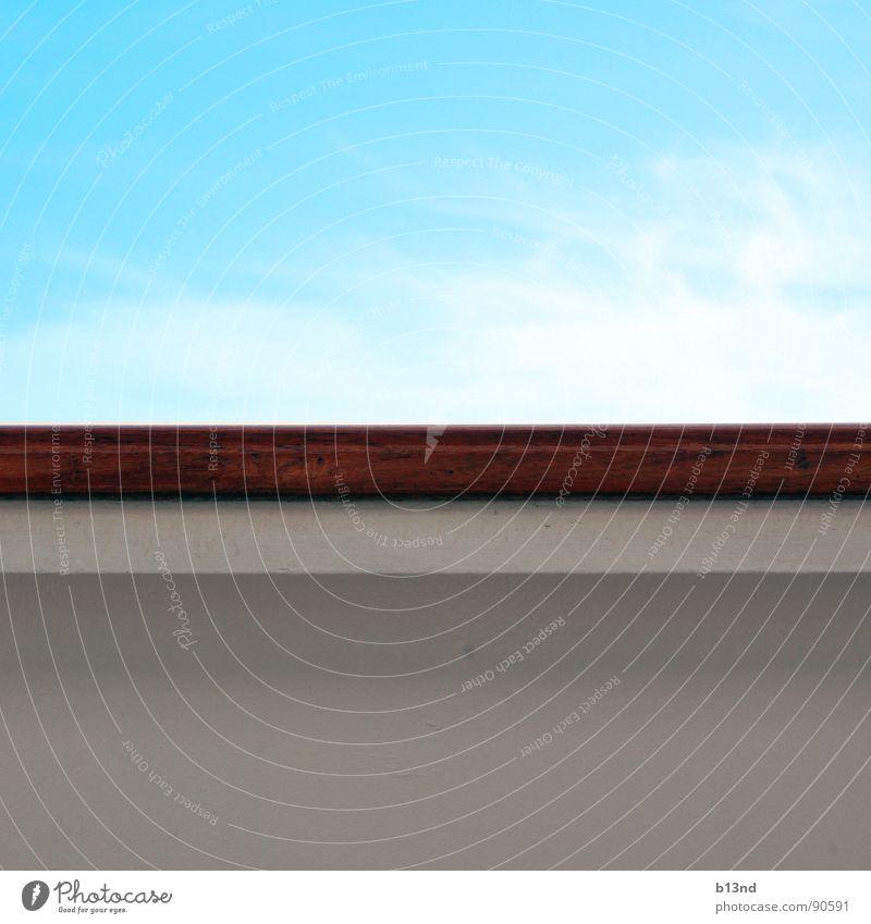 Himmel und ... Hölle(?) Reling Holz Sonnendeck Steuerbord Wasserfahrzeug Horizont Wolken weiß braun Hälfte obskur hölle(?) Geländer Parkdeck blau Linie