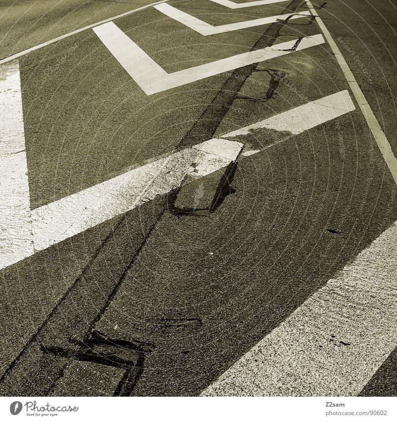 streifen machen schlank II weiß Stadt gelb Straße dunkel Stil Linie Schilder & Markierungen Beton Verkehr Perspektive einfach Streifen Spitze Verkehrswege tief