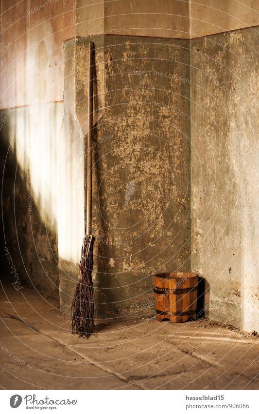Besen Besen... Lifestyle Reichtum sparen Wohlgefühl Häusliches Leben Renovieren Umzug (Wohnungswechsel) einrichten Raum Handwerker Mauer Wand Stimmung Eimer