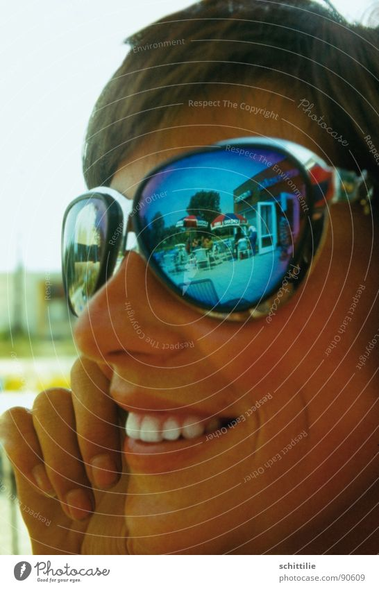 Summerfeeling Frau blau Sommer Freude lachen braun Spiegel Sonnenbrille Eisdiele