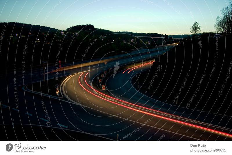 In einem Rutsch Nacht Schwung Flüssigkeit rot Wagen KFZ Geschwindigkeit Dämmerung langsam heizen schalten fahren Langzeitbelichtung Abend Straße Licht PKW