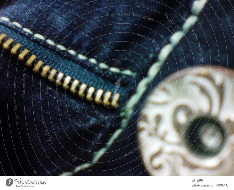 Jeans 3 blau Bekleidung Jeanshose offen Hose Stoff Falte Jeansstoff aufmachen entkleiden Reißverschluss bereit