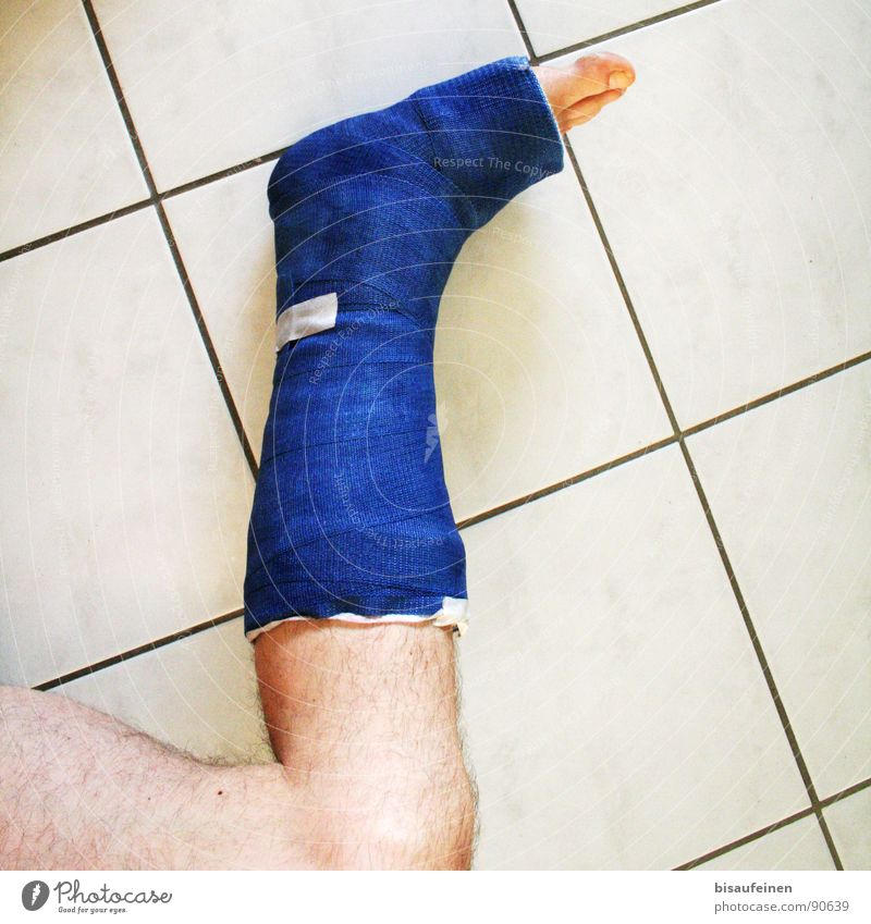 Broken Bone blau ruhig Beine Fuß maskulin kaputt Fliesen u. Kacheln Krankheit gebrochen Unfall Zehen Hilfsbedürftig Wunde Gips Heilung Verband