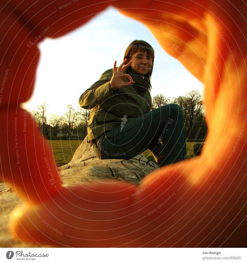 circle in a circle Frau Finger Hand Faust Baumstamm Horizont Quadrat Kreis Loch Kleid Bekleidung Zeigefinger Mittelfinger Ringfinger Daumen Feld Rennbahn