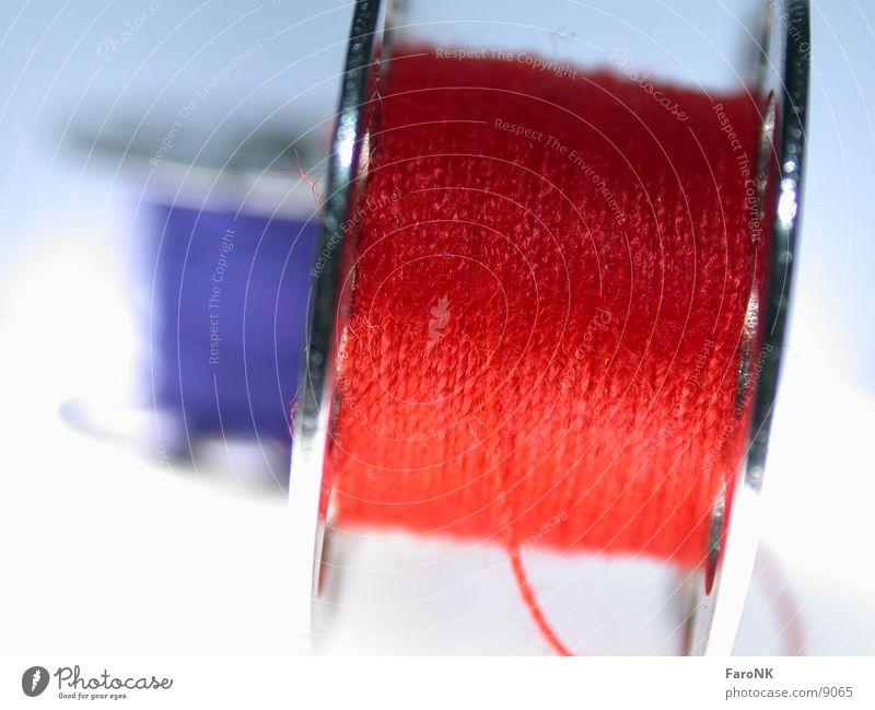 Garn Nähgarn rot Makroaufnahme Nahaufnahme blau