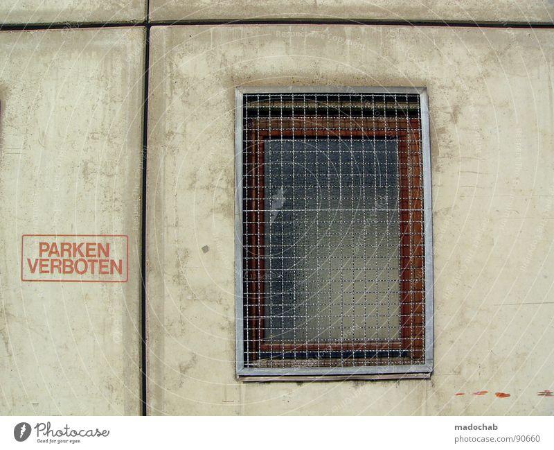 PARKEN VERBOTEN Beton Wand Mauer grau Verbote Typographie Buchstaben Wort trist leer Einsamkeit parken Parkverbot Halteverbot drohen Gesetze und Verordnungen
