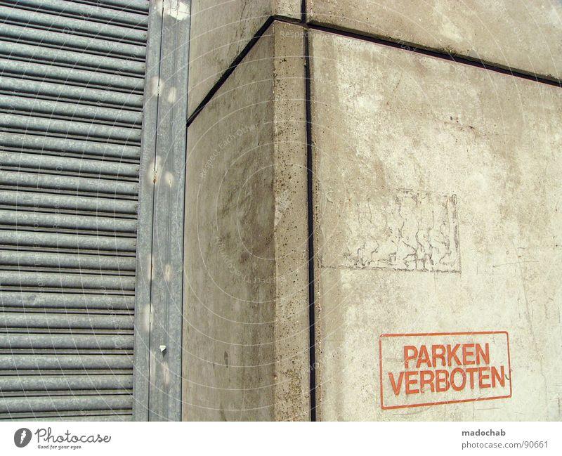 AUCH HIER Beton Wand Mauer grau Verbote Typographie Buchstaben Wort trist leer Einsamkeit parken Parkverbot Halteverbot drohen Gesetze und Verordnungen Straftat