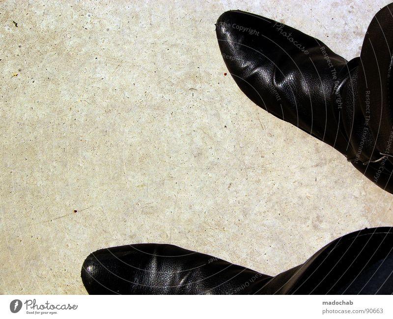 800MEILENSTIEFEL Mensch Sommer Mode Schuhe Treppe warten Beton stehen Körperhaltung Stiefel Langeweile Leder Fetischismus Domina Peitsche Sadomasochismus