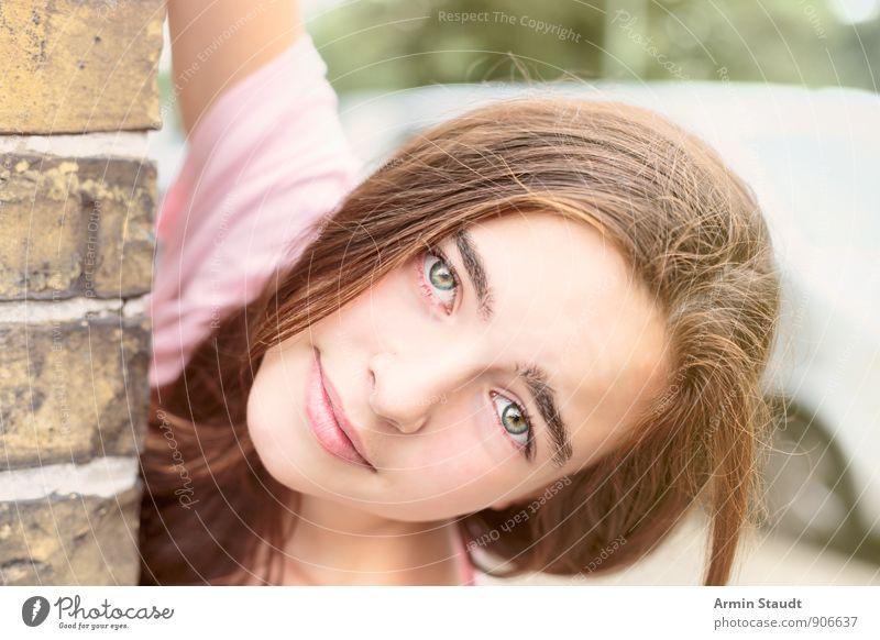 Um die Ecke Lifestyle schön Zufriedenheit Mensch feminin Frau Erwachsene Jugendliche Kopf 1 13-18 Jahre Kind Mauer Wand Fahrzeug brünett langhaarig Lächeln
