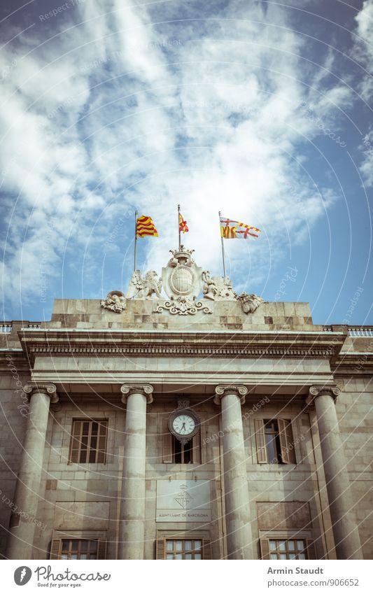 Palast - Flaggen - Himmel Ferien & Urlaub & Reisen alt Stadt Sommer Haus Architektur Stimmung Uhr Tourismus groß Schönes Wetter Kultur Spanien historisch Fahne