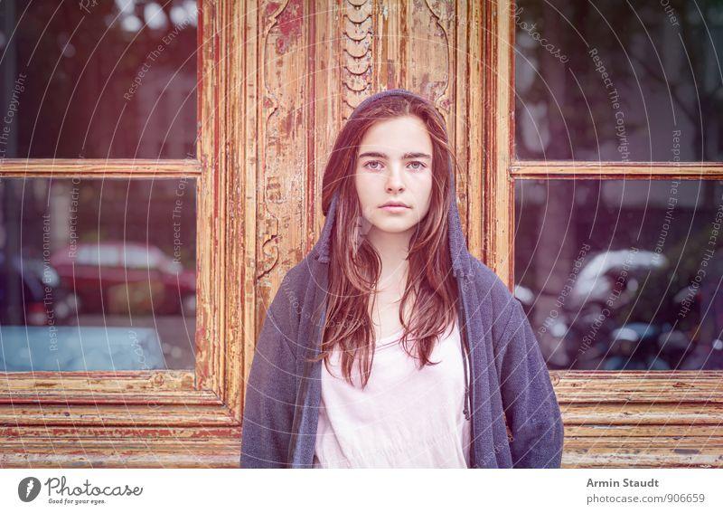 Porträt - Tür Mensch Frau Kind Jugendliche schön Fenster Erwachsene Straße Gefühle feminin Holz Denken Stimmung Lifestyle PKW