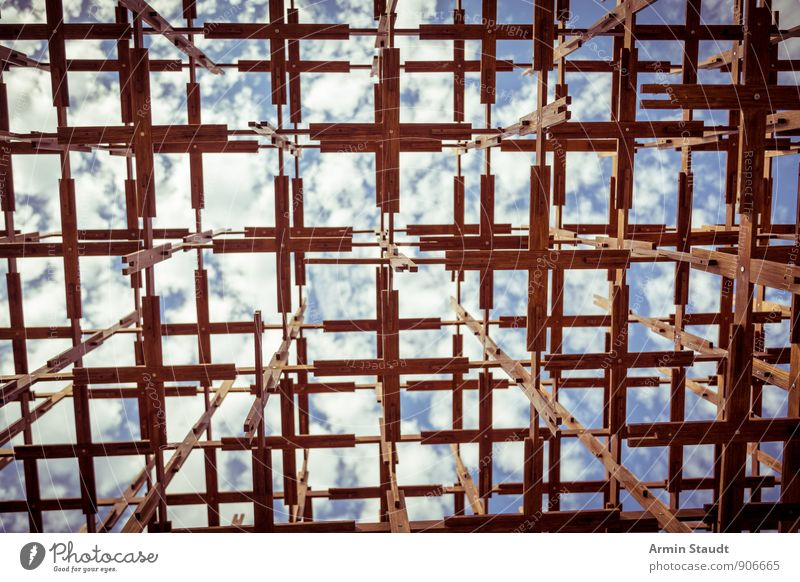 Hölzerne Struktur gegen Himmel Kunst Installationen Sonne Sommer Schönes Wetter Menschenleer Gerüst Sehenswürdigkeit ästhetisch eckig blau braun Stimmung Angst
