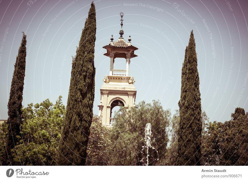 Zypressen, Springbrunnen, Türmchen Sommerurlaub Natur Wolkenloser Himmel Schönes Wetter Pflanze Baum Sträucher Park Barcelona Stadt Menschenleer