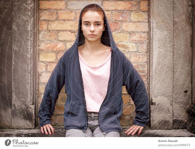 Porträt - Streng - Mauer Mensch Frau Kind Jugendliche schön dunkel Erwachsene Wand feminin 13-18 Jahre trist sitzen Coolness Glaube T-Shirt