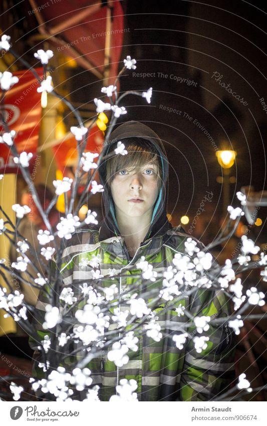 Porträt - Lichterbaum - Nacht Lifestyle Winter Weihnachten & Advent Mensch maskulin Jugendliche 1 13-18 Jahre Kind Kapuzenjacke Regenjacke stehen dunkel