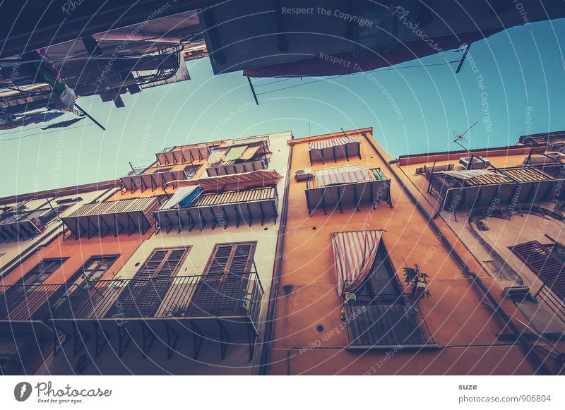 Man liebt es oder auch nicht ... Ferien & Urlaub & Reisen alt Stadt Fenster Reisefotografie Architektur Gebäude Fassade dreckig Tourismus authentisch Aussicht Vergänglichkeit Romantik Kultur Italien
